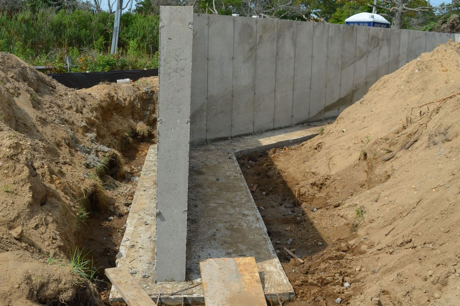 Concrete retaining walls-Broward Custom Concrete Solutions-We offer custom concrete solutions including Polished concrete, Stained concrete, Epoxy Floor, Sealed concrete, Stamped concrete, Concrete overlay, Concrete countertops, Concrete summer kitchens, Driveway repairs, Concrete pool water falls, and more